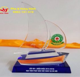 kỷ niệm chương pha lê con thuyền buồm mẫu 6