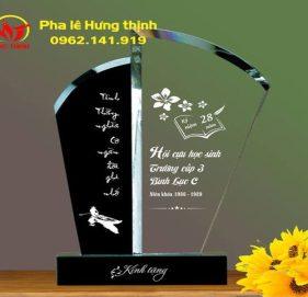 Kỷ niệm chương pha lê tri ân thầy cô