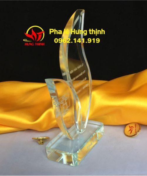 kỷ niệm chương pha lê thiết kế theo yêu cầu mẫu 9a