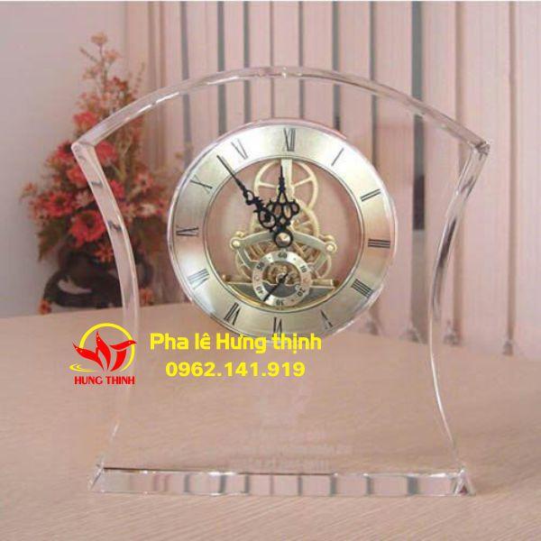 Có thêm pha lê, chiếc đồng hồ càng được tăng thêm giá trị và nhắc nhở chúng ta ý thức nhiều hơn về thời gian