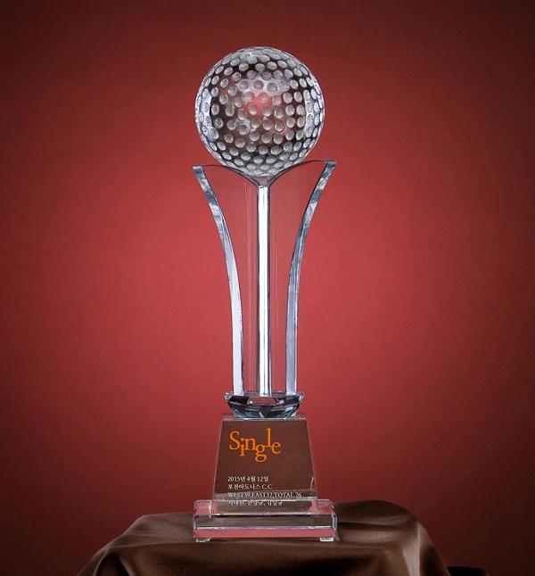 Cúp pha lê tượng trưng cho những đỉnh cao và sự chiến thắng, chiến thắng bản thân