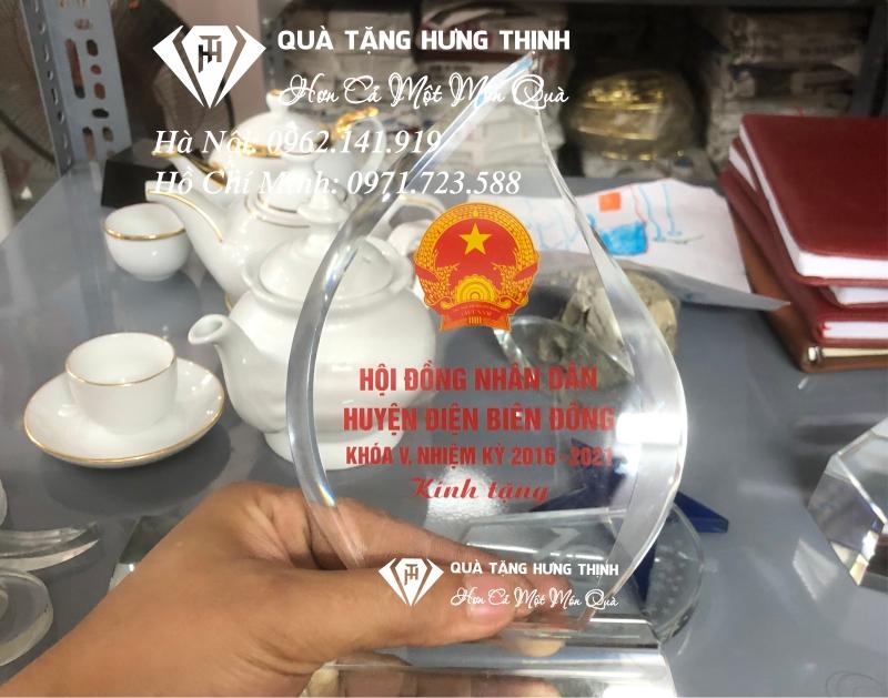 kỷ niệm chương pha lê họp hội đồng nhân dân 02