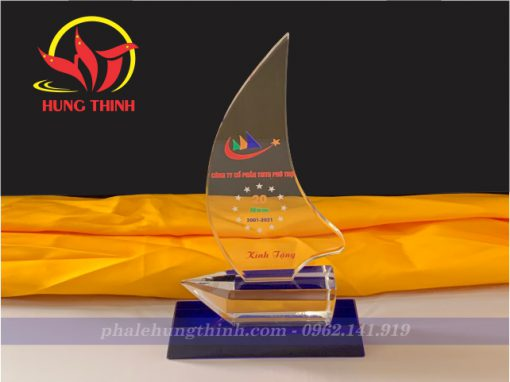 Kỷ niệm chương pha lê thuyền buồm đế xanh