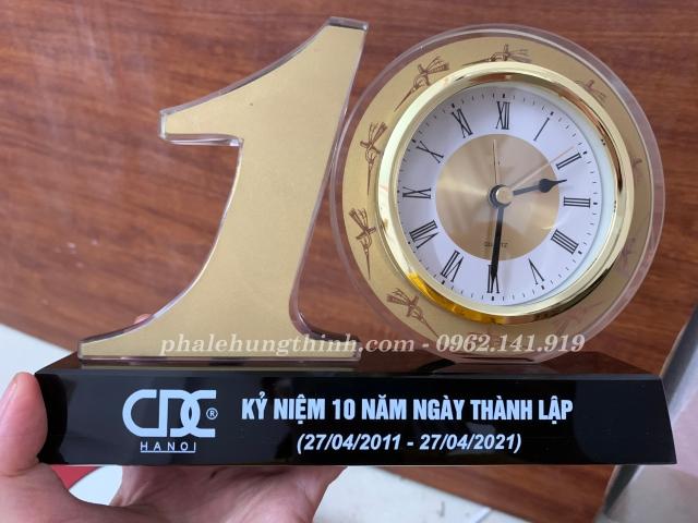 kỷ niệm chương pha lê bộ số 10 gắn đồng hồ