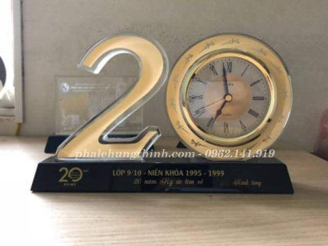 kỷ niệm chương pha lê bộ số 20 gắn đồng hồ