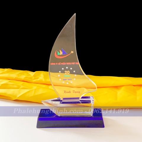 Kỷ niệm chương pha lê con thuyền đế xanh 2