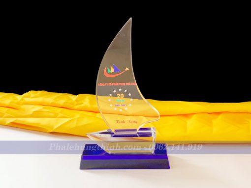 Kỷ niệm chương pha lê con thuyền đế xanh